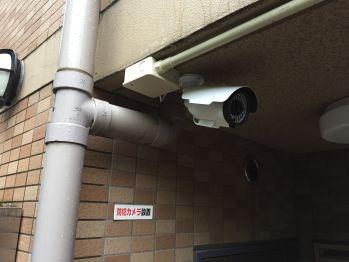 保育園の入口付近の防犯カメラ