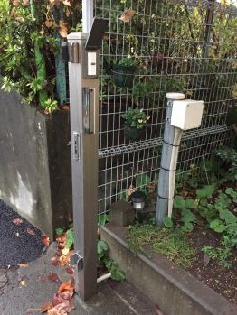 保育園入口の電気錠システム