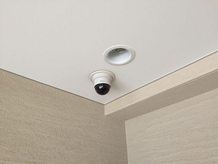 ドームカメラが天井に写真